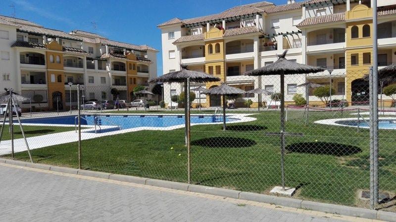 Zonas comunitarias, con piscina de adultos, infantil y cesped