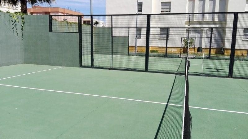 La urbanización Torrelaguna tiene dos pistas de pádel. Su uso se puede reservar en verano por mediación del socorrista de las piscinas.