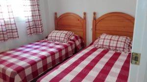 Dormitorio 2. Con dos camas individuales y armario empotrado (ideal para los abuelos, un segundo matrimonio para compartir alquiler, etc)