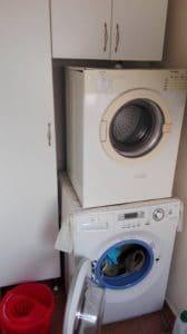 Lavadero - detalle lavadora y secadora.