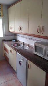 Cocina - detalle lavavajillas y microondas.
